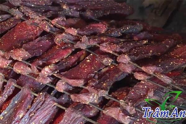 Dỡ thịt trâu gác bếp