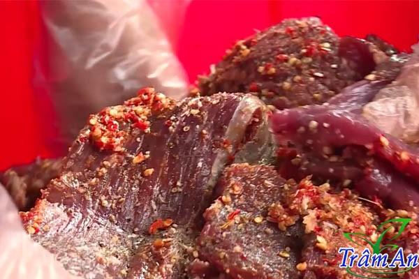 Ướp thịt trâu gác bếp